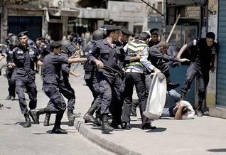Photo HH / The New York Times / اشتباك الشرطة الأردنية مع متظاهرين خلال مظاهرة بعد صلاة الجمعة ضد تباطؤ عملية الإصلاح السياسي في عهد الملك عبد الله الثاني