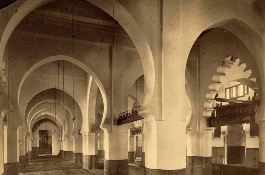 داخل المسجد الكبير في مدينة الجزائر، ثاني أقدم مسجد في الجزائر، بني عام 1097