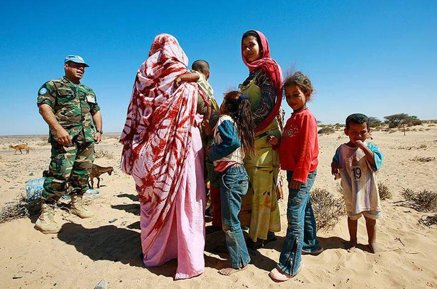 ضابط من بعثة الأمم المتحدة يتحدث إلى صحراويين / UN Photo