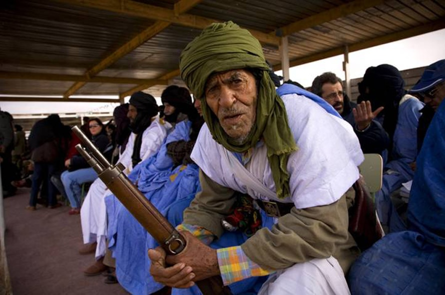 Saharawi figther during a POLISARIO parade commemorating 30 year long struggle for independence / Photo HH