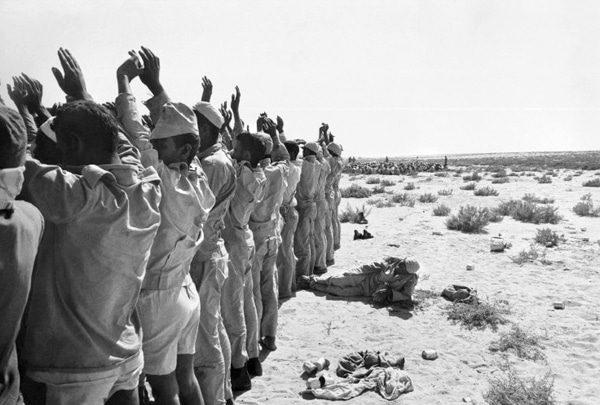 مجموعة من الجنود المصريين تم أسرهم من قبل الإسرائيليين خلال تقدمهم باتجاه قناة السويس. اضغط للتكبير Photo Magnum/HH