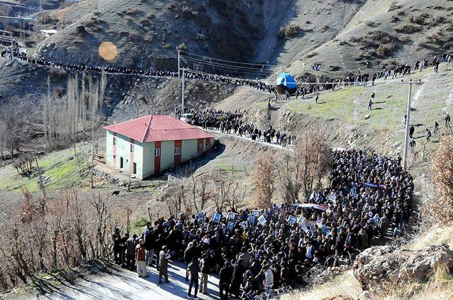 جنازة بعد مجزرة أولودره في 28 ديسمبر 2011 قرب الحدود التركية العراقية. أطلقت مقاتلتان تركيتان من طراز إف 16 على مهربين، على أساس أنهم من مسلحي حزب العمال الكردستاني: قتل 34 مدنياً.