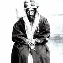 عبد الرحمن بن فيصل آل سعود، ولد عام 1850، وتحارب مع منافسيه على السلطة في شبه الجزيرة العربية: الهاشميين في الحجاز؛ والرشيديين في شمال نجد؛ واضطر إلى الهرب مع عشيرته عام 1891