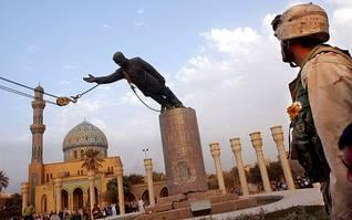 في 9 نيسان/أبريل 2003، إسقاط تمثال صدام حسين من قبل مجموعة من العراقيين بمساعدة جنود البحرية الأمريكية وسط بغداد Photo HH / Kuni Takahashi/Boston Herald