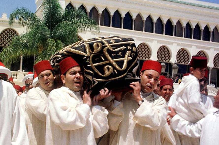 من اليسار: الأمير مولاي هشام، الأمير مولاي رشيد والملك الجديد محمد السادس يحملون نعش الملك الراحل الحسن الثاني، 25 يوليو 1999، الرباطPhoto HH