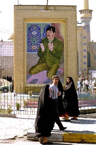 فسيفساء لصدام حسين وهو يصلي في بغداد عام 1999 Photo Shutterstock