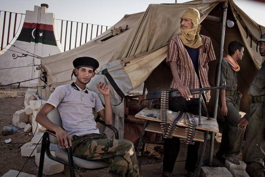 إعضاء الميليشية يحرسون الدخول إلى بني ولبد, تموز/يوليو 2012 / Photo NY Times/HH