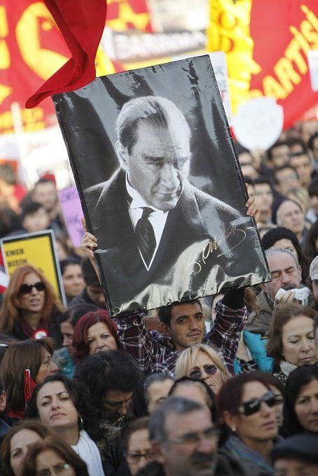متظاهر يحمل صورة لمصطفى كمال أتاترك في مظاهرة في اسطنبول /Photo Corbis