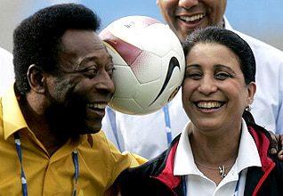 أعضاء اللجنة الأولمبية الدولية ونوال المتوكل ونجم كرة القدم البرازيلي بيليه