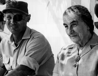 وزير الدفاع الإسرائيلي موشي دايان ورئيسة الوزراء الرابعة غولدا مائير في أوائل السبعينات Photo Camera Press/HH
