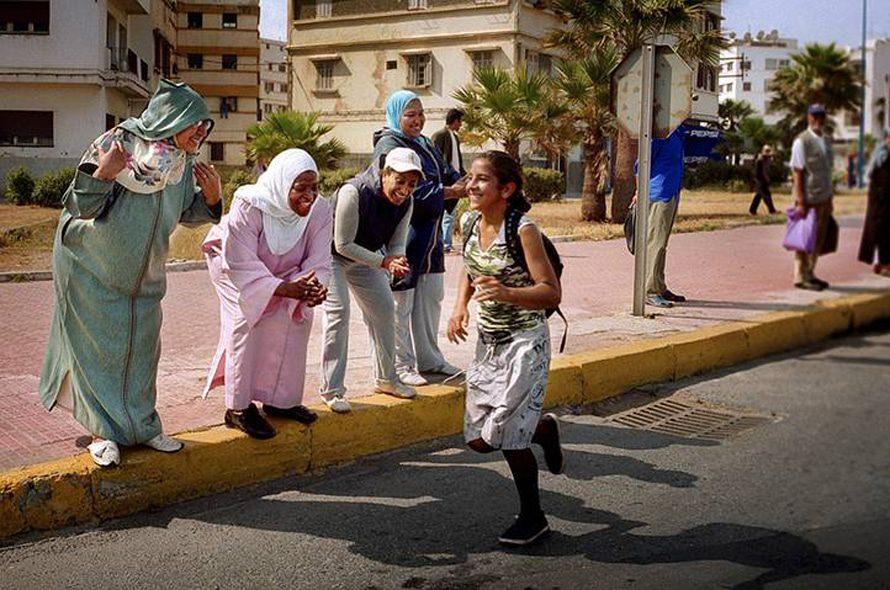 عداءات في سباق لتعزيز النشاط الرياضي بين الفتيات في سن المراهقة. تدعم المشروع العداءة المغربية نوال المتوكل، أول امرأة أفريقية مسلمة تفوز بميدالية ذهبية أولمبية في سباق 400 م حواجز عام 1984 / Photo HH