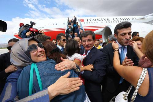 Prime Minister Ahmet Davutoğlu with relatives of released Turkish hostages who were held in Northern Iraq by Islamic State (IS), 20 September 2014 / Photo Anadolu Agency