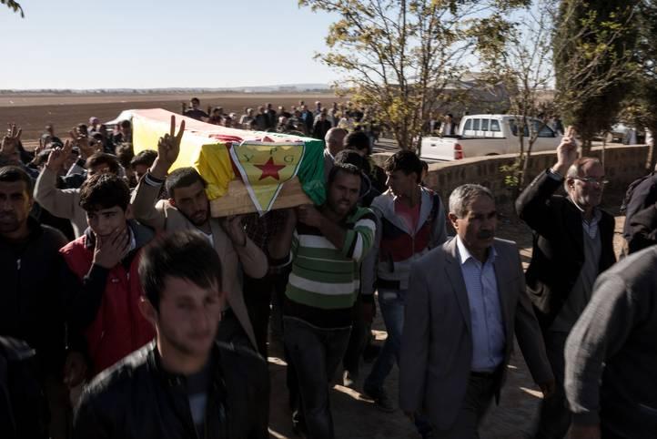 جنازة أحد المقاتلين الأكراد الذي قتل في خلال القتال ضد تنظيم الدولة الإسلامية /Photo Corbis