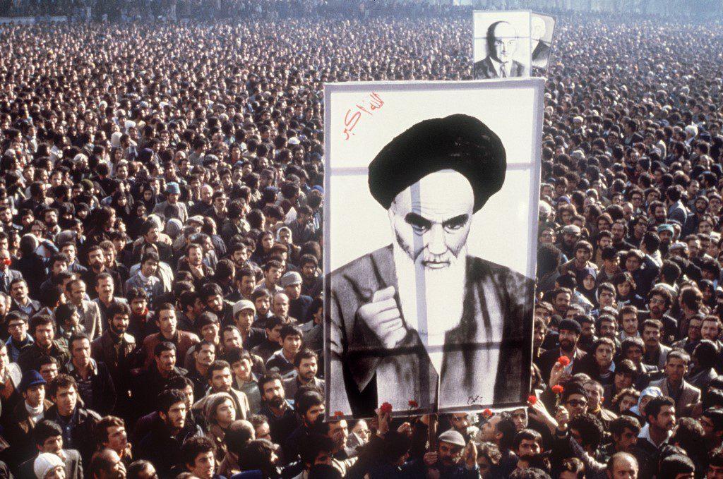 متظاهرون إيرانيون يحملون صوراً للخميني عام 1979