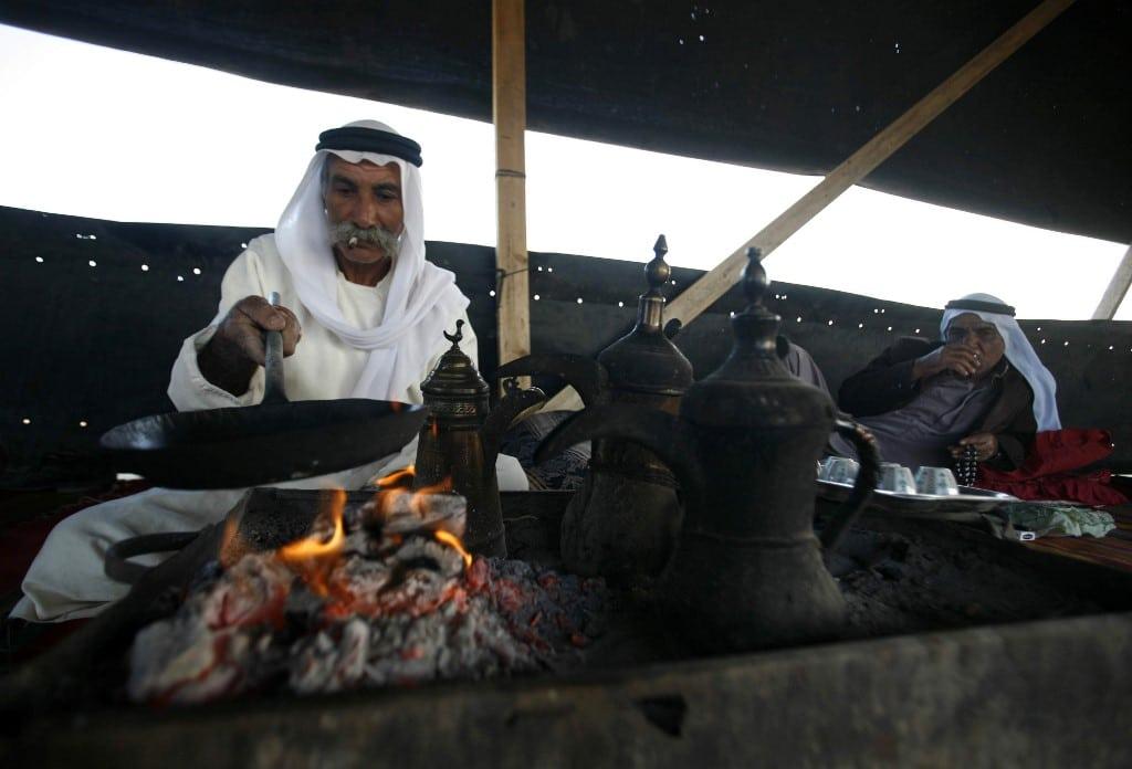 بدو يعيشون بالقرب من بئر السبع في صحراء النجف