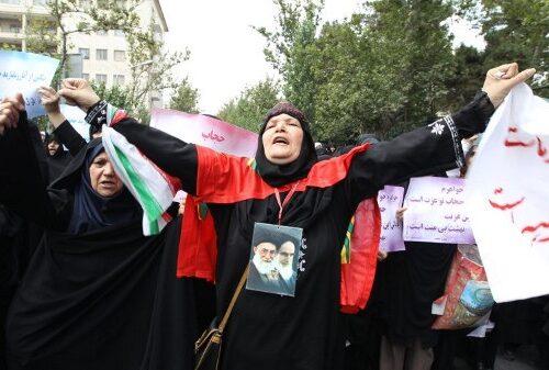 تحول إيران العلماني: استطلاع رأي جديد يكشف عن تغيُّرات ضخمة في المعتقدات الدينية