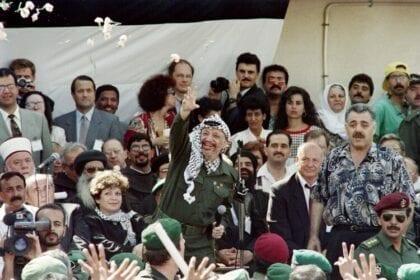 الصورة تظهر ياسر عرفات، قائد منظمة التحرير