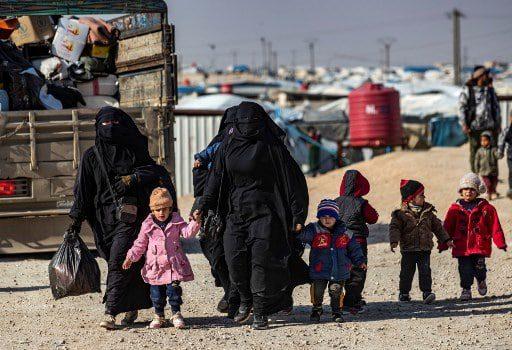 السوريون يغادرون مخيم الهول سيء السمعة، إلا أنه ما زال مرتعاً للمتطرفين
