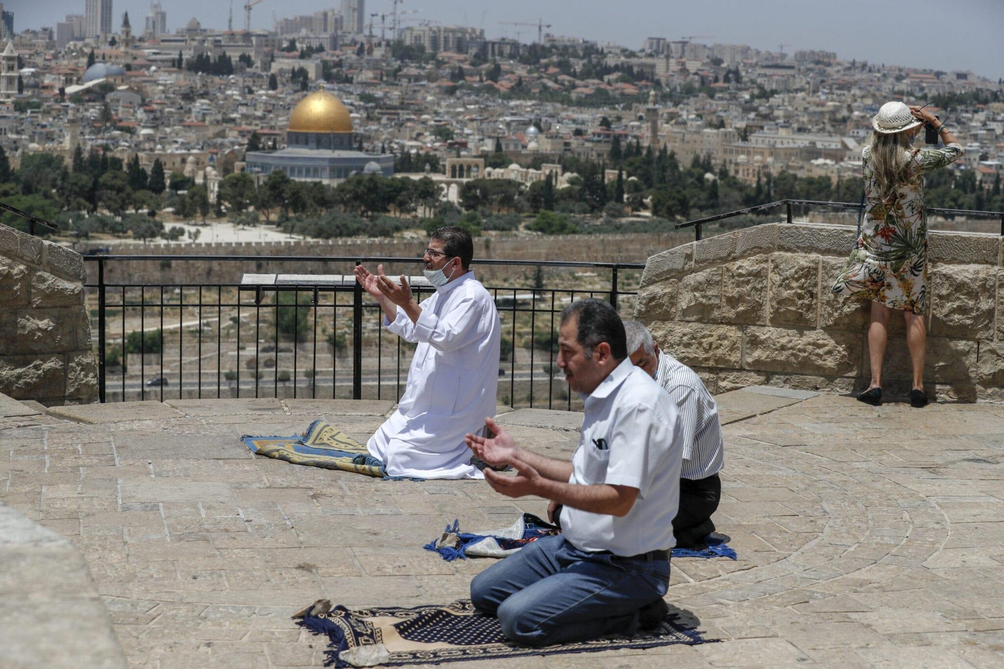 رجال فلسطينيين وهم يؤدون صلاة الجمعة في آخر أيام شهر رمضان المبارك الإسلام