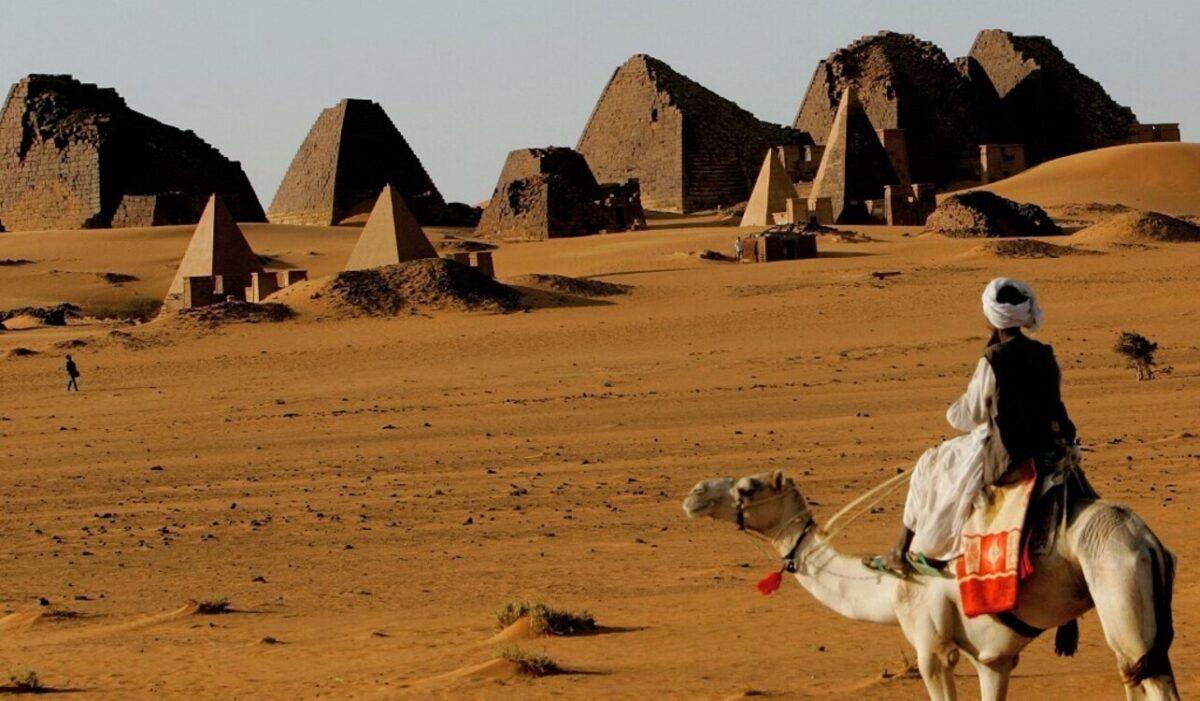 """أهرامات السودان """"المنسية"""" وخطر دفنها بالكثبان الرملية"""