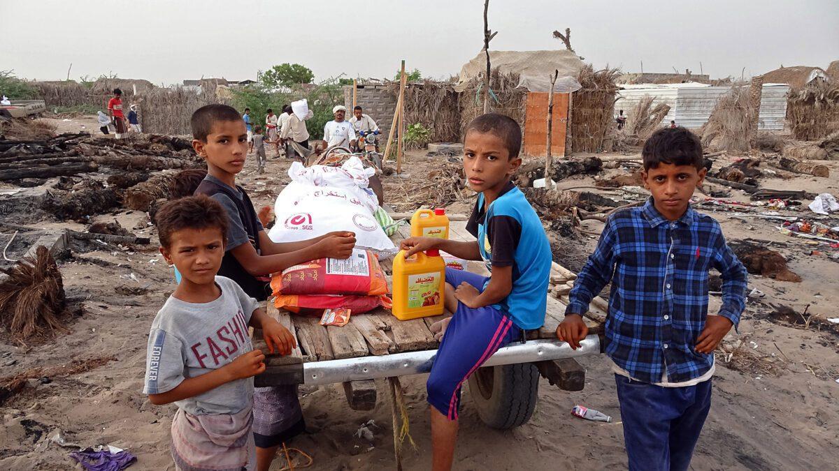 أطفالٌ يمنيون يحصلون على المساعدة الغذائية