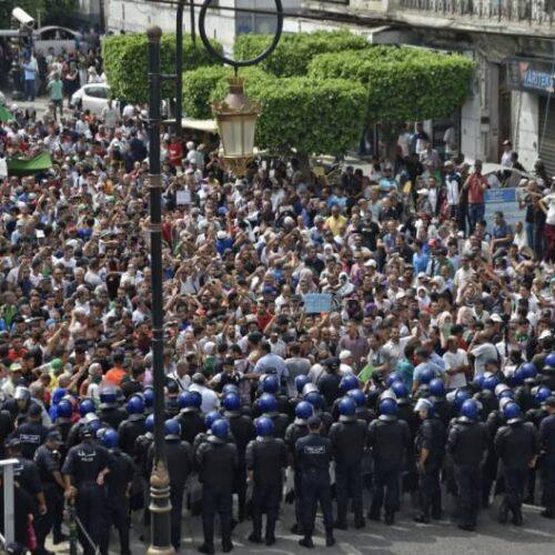 الشرطة تتخذ إجراءات ضد الاحتجاجات المتواصلة في الجزائر
