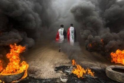 المتظاهرون في العراق يطالبون بإنهاء النظام الطائفي