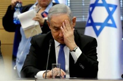 بالرغم من لائحة الاتهام، رئيس الوزراء الاسرائيلي يتمسك بالحياة السياسية