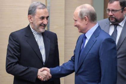 كيف يدفع ترمب إيران نحو أحضان روسيا