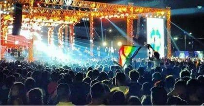 رفع علم المثليين في حفلٍ غنائي يُثير غضب المصريين، ويُشعل الدعوات بقمعهم