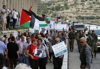 """منظمات حقوق الإنسان تخوض صراعاً وجودياً مع تصاعد حضور """"المجتمع المدني السيئ"""" في إسرائيل"""