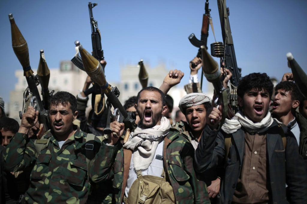 tribesmen-loyal-to-Houthi-rebels-hold-their-weapons