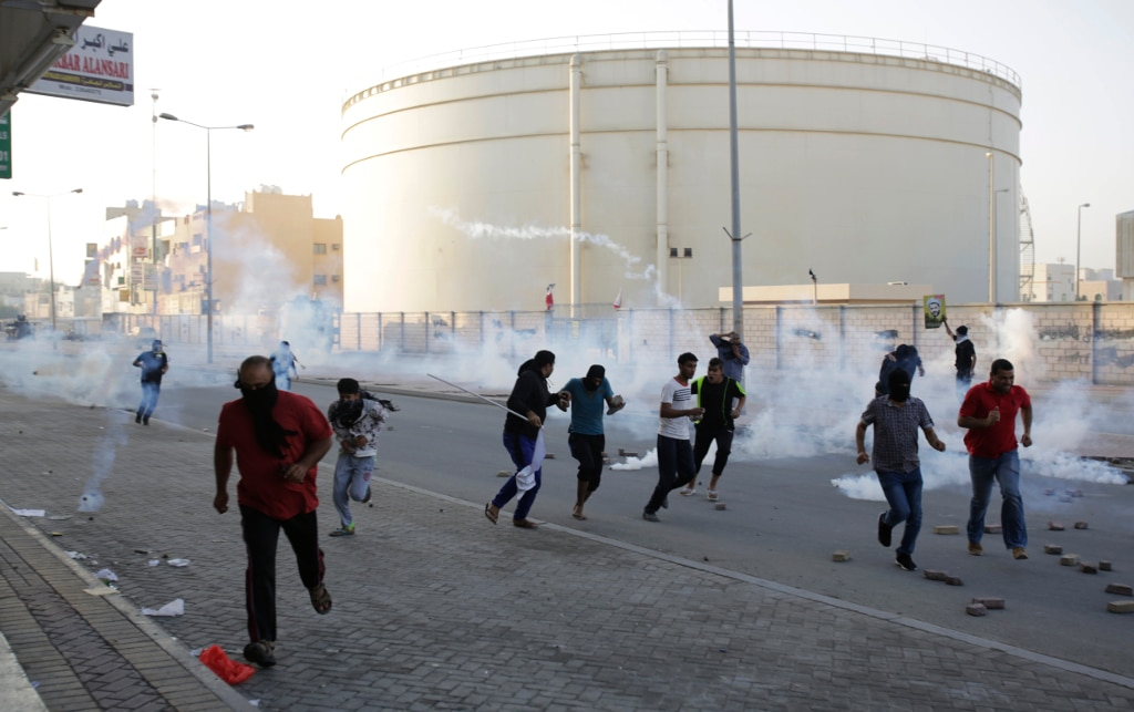 bahrain-past-to-present-deterioration-protesters-run-from-riot-police-fanack-HH1024px