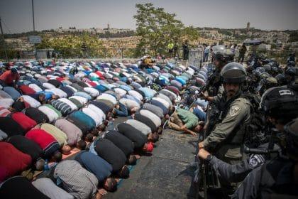 إسرائيل تُزيل البوابات الإلكترونية من القدس إلا أنّ التوتر لا يزال سيد الموقف