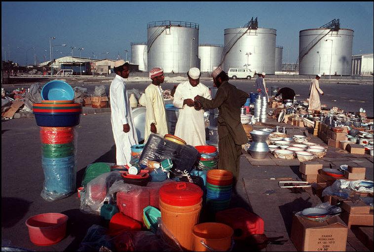 سوق في الهواء الطلق بالقرب من مستودع خزان بنزين في أبو ظبي
