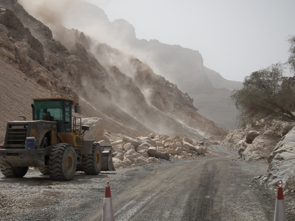 Oman Economy - Road construction Omani mountains / Photo Fanack