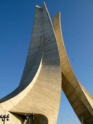 الجزائرالحكم - نصب الاستقلال في أفق مدينة الجزائر