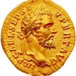 فطعة نقدية ذهبية عليها نقش الإمبراطور سبتيموس سيفيروس