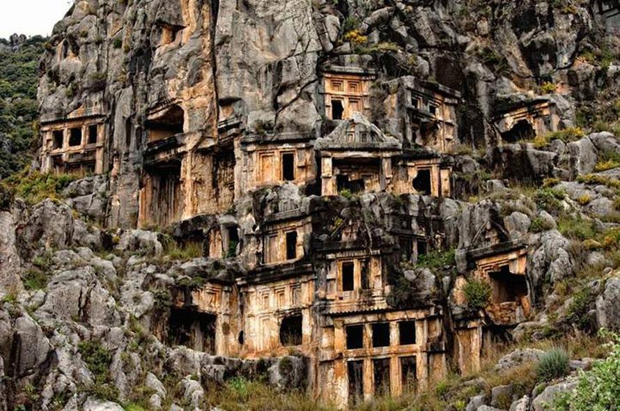 قبور صخرية في ميرا، أنطاليا، والتي حفظت العصور الليقية والإغريقية والرومانية وأوائل المسيحية / Photo Shutterstock