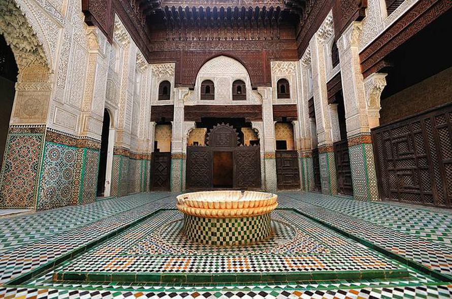 فناء مدرسة أبو العنانية في مكناس من الحقبة المارينية