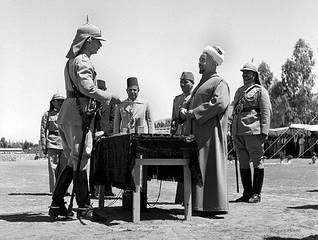 Abdullah presents a ceremonial sword to John Bagot Glubb (Glubb Pasha) at the Palace, in 1941 / Photo HH / Magnum