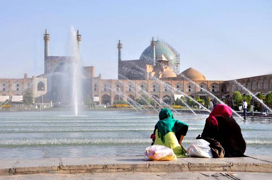 in front of the Jameh Mosque in Esfehan / Photo Shutterstock