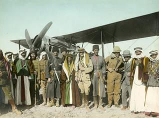 Photo Shutterstock / لقاء زعماء بدو وشركس (لورانس العرب الرابع من اليمين)