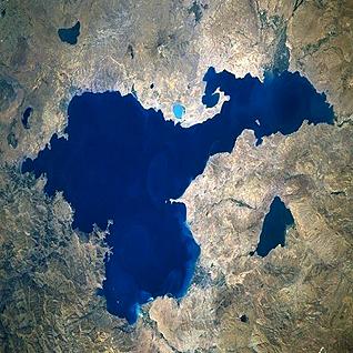 صورة فضائية لبحيرة وان