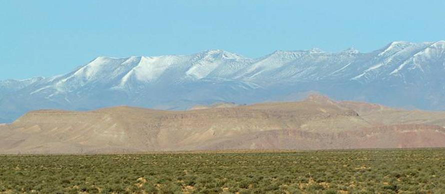 الصحراء المغربية مع جبال الأطلس الكبير في الخلفية / Photo Fanack
