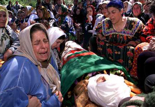 الجزائرالحكم - جنازة أحد المتظاهرين في منطقة القبائل