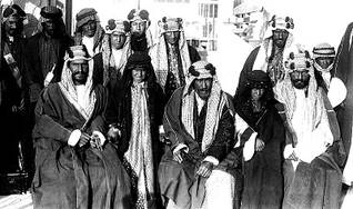 عائلة آل سعود في أوائل القرن العشرين: عبد الرحمن (وسط) وابنه عبد العزيز (يسار)