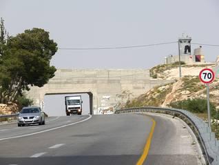جسر: طريق للمستوطنين؛ تحت الجسر: طريق للفلسطينيين. يمكن السيطرة على حركة السير الفلسطينية عن طرق إغلاق الطريق تحت الجسر. اضغط للتكبير/ Photo Fanack
