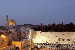 الجدار الغربي لجبل الهيكل، بناه هيرودس حوالي 19 قبل الميلاد، ويعتبر مكاناً مقدساً عند اليهود Photo Shutterstock