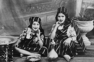 فتاتان يهوديتان ليبيتان من النصف الأول من القرن العشرين